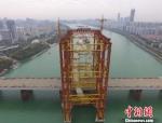 """世界跨度最大""""反对称结构斜拉桥""""主塔百米高空合龙 - 广西新闻"""