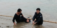 民警辅警寒冬下水救轻生女子 照片获网友转发点赞 - 广西新闻网