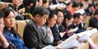 人大代表和政协委员听取政府工作报告 - 广西新闻